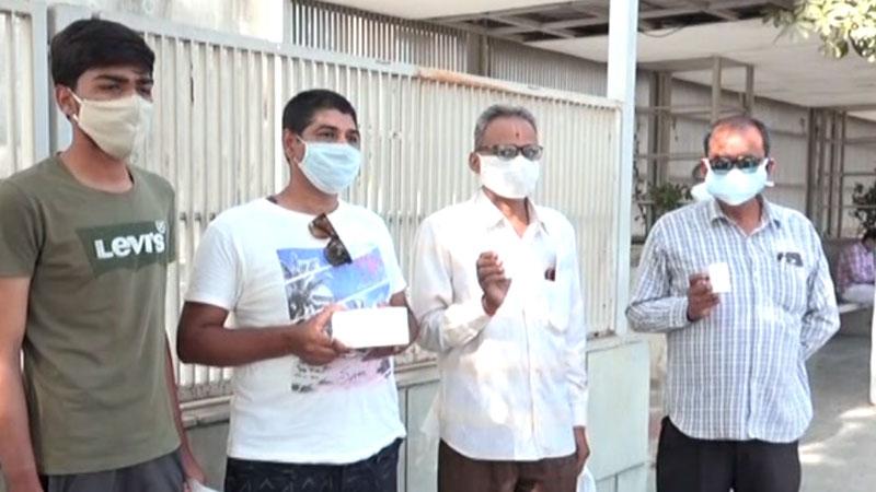 અમદાવાદની ઝાયડ્સ હોસ્પિટલમાં રેમડેસીવીર માટે લાગી લાઇનો, રાજકોટમાં ફરી  સર્જાઇ ઇન્જેક્શનની અછત   Remdesivir injection Zydes Hospital Ahmedabad  Rajkot