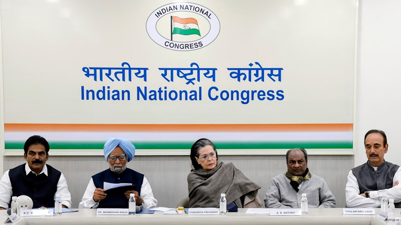 The two veteran leaders clashed with each other, in presence of sonia gandhi