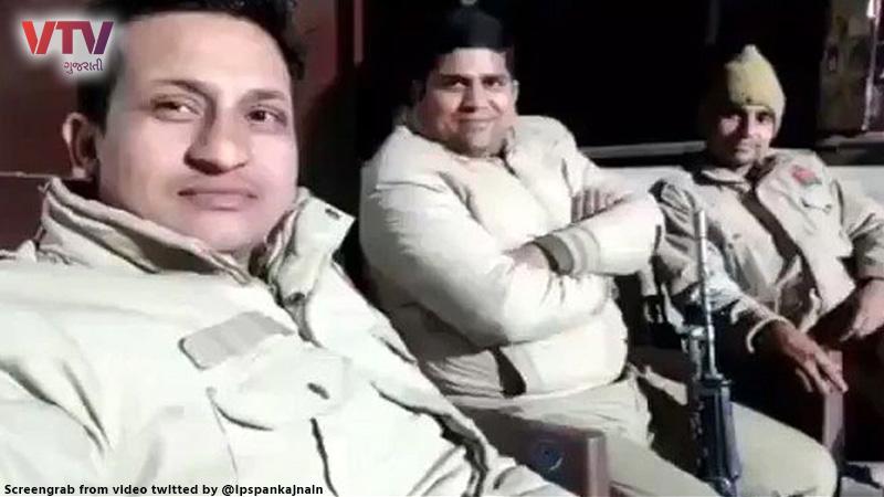 policemen-made-new-pawri-video-said-hum-party-karne-walon-ka-intzaar-kar-rahe-hain-watch-funny-video