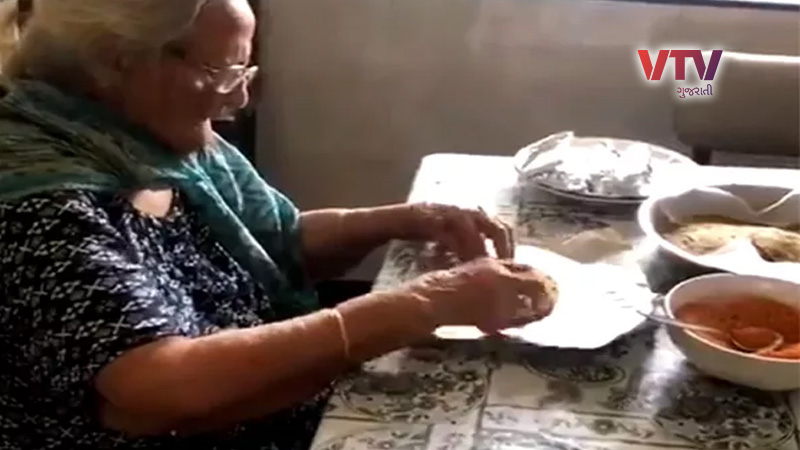 99 year old lady prepares food packets for migrants