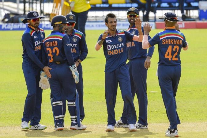 during first t20 between india and shrilanka cricketer hardik pandya was seen singing shrilankan national anthem