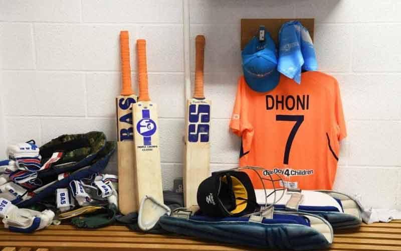 ms dhoni three different sponsor bats ms dhoni changing bat Logos match world cup