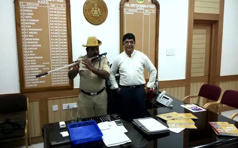 Policeman Plays the Flute with his Lathi, video goes viral