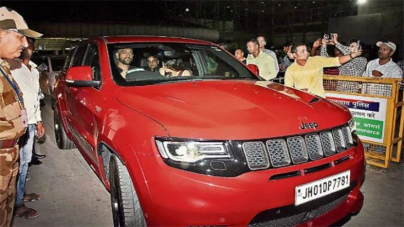 Mahendra Singh  Dhoni and Sakshi Spotted Driving His New Jeep Grand Cherokee