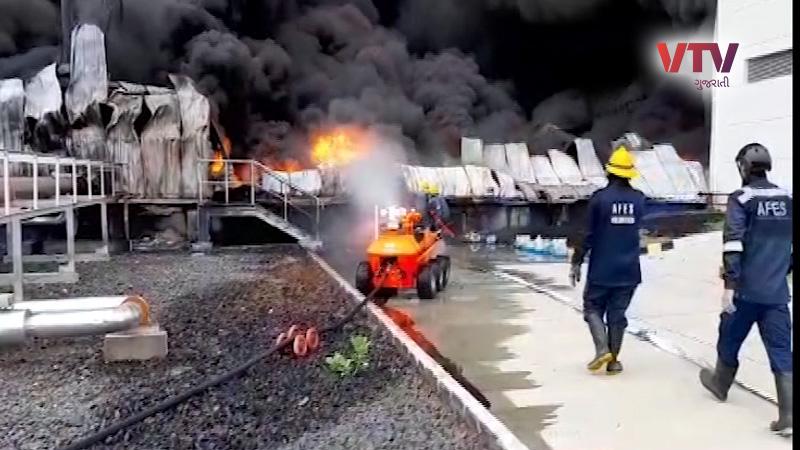 FIRE IN AHMEDABAD SANAND GIDC UNICHARM COMPANY STILL BURNING