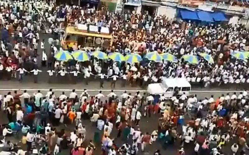 Jagannath Puri Rath yatra devotees make way for an ambulance to pass through the crowds in viral
