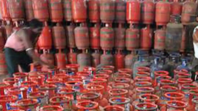 paytm cashback offers up to 2700 rupees on lpg cylinder check details