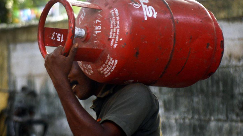 relief for ujjwala customers in corona emi exemption on lpg gas cylinder connection may increase