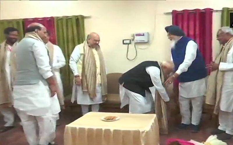Lok Sabha Election 2019: PM modi meets NDA leaders touches feet of parkash singh badal before nomination from Varanasi