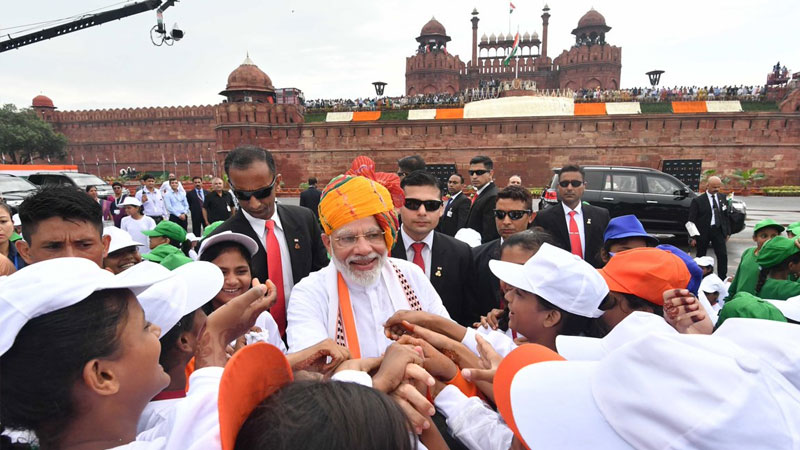 Pm narendra modi independence day children happy meeting shaking hand