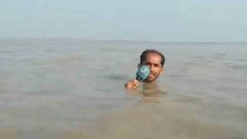 In-depth reporting! Pak anchor stands in neck-deep water to report flood situation