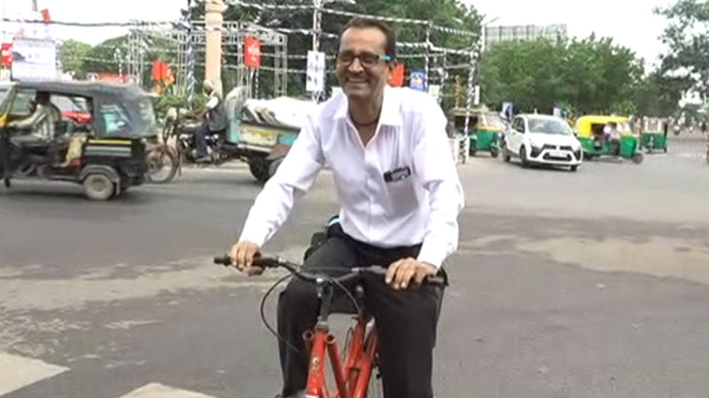 Rajkot bar association president drive on bicycle