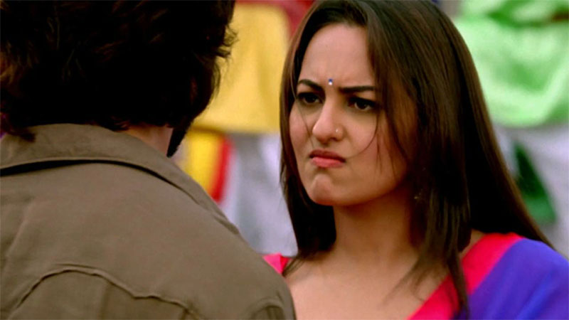 Sonakshi Sinha Got Angry As Her Samsonite Luggage Bag Was Broken By Indigo Airlines Video Gone Viral