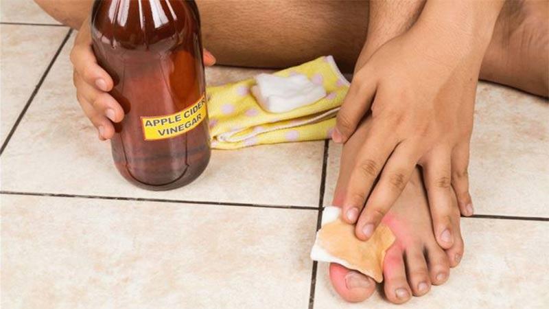 amazing benefits of soaking your feet in vinegar