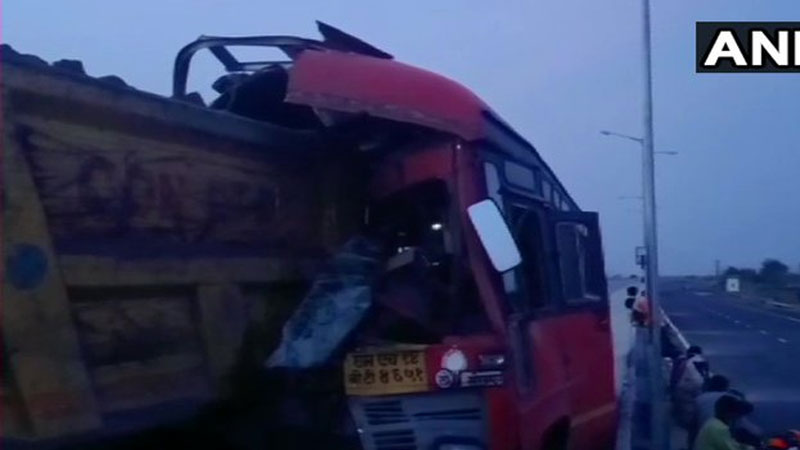 maharashtra 4 migrant workers killed and 15 injured after a bus crashed into a truck in yavatmal