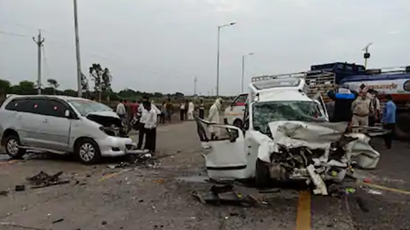 guna  5 killed along with juna akhada president mahant someshwar giri in a road accident near rajgarh