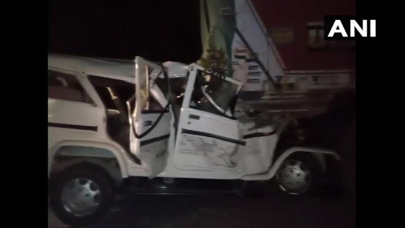 up news major accident in pratapgarh district bolero truck collide 14 baratis killed