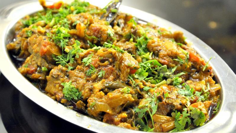 Try Tasty and Healthy Baingan Bharta at Home With Bajara Roti in Winter Season