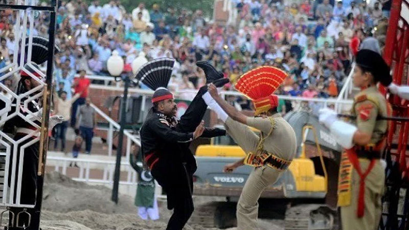 pakistani soldier turban fell down during beating retreat ceremony