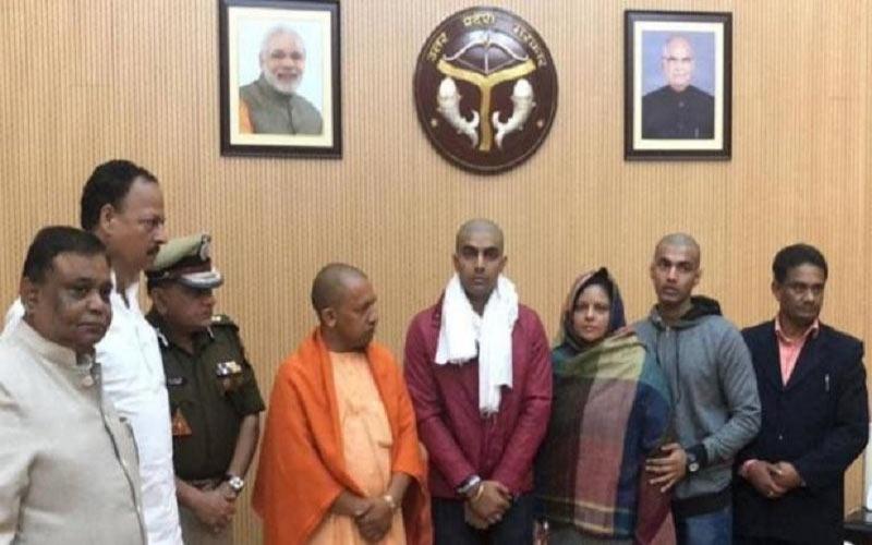 meeting-with-cm-yogi-in-shaheed-family-of-bulandshahr-violence