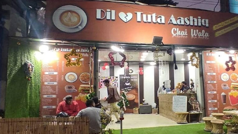 A crowd of heartbroken people at the 'Dil Tuta Aashiq' cafe
