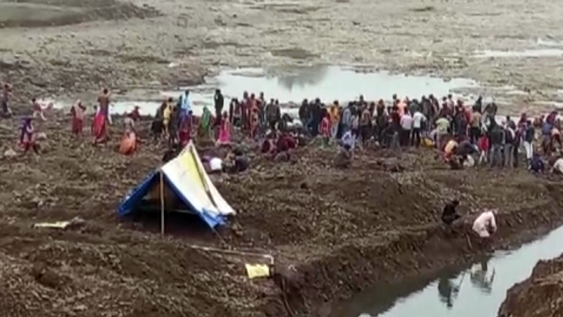 Madhya pradesh villagers dig up paravti river in search of gold and silver coins
