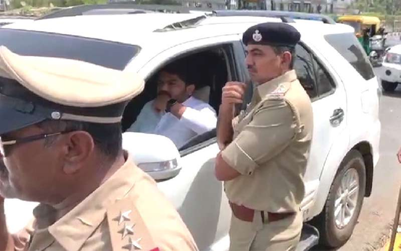 hardik patel was stopped by the police in surat
