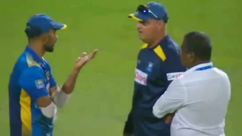 Mickey Arthur Gets Involved in Heated Argument With Dasun Shanaka Watch viral video
