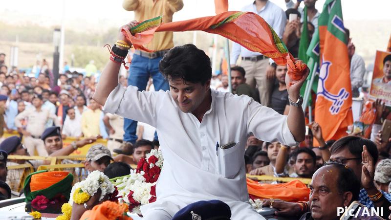 Shivrajsingh chauhan claims attack jyotiradiyta scindia car bhopal madhya pradesh
