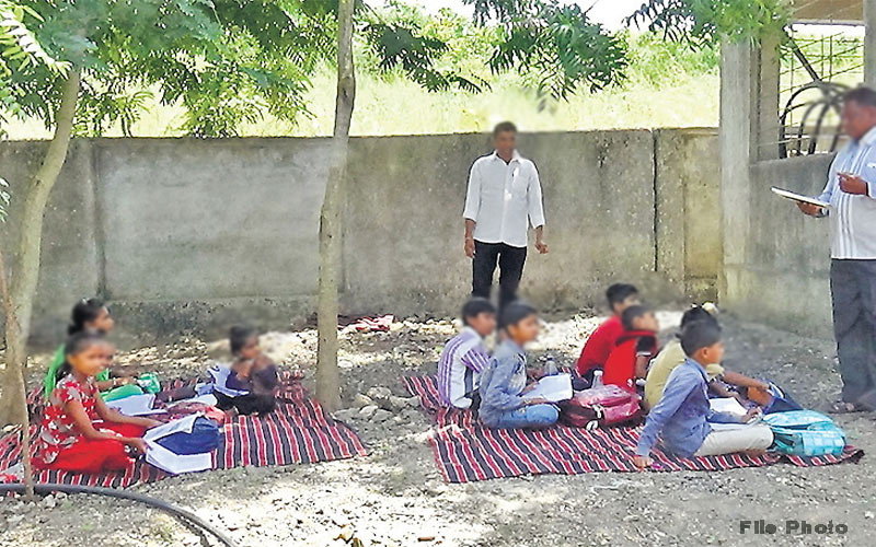 Banaskantha: 260 students studying in school open ground in Delwada Village