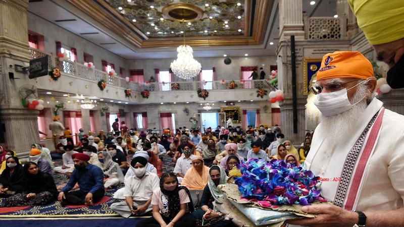 prime minister narendra modi visited sheesh ganj sahib gurudwara and prayed there