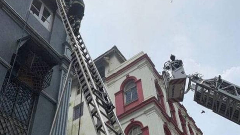 fire in churchill chamber marry weather road near tajmahal hotel and diplomat hotel mumbai