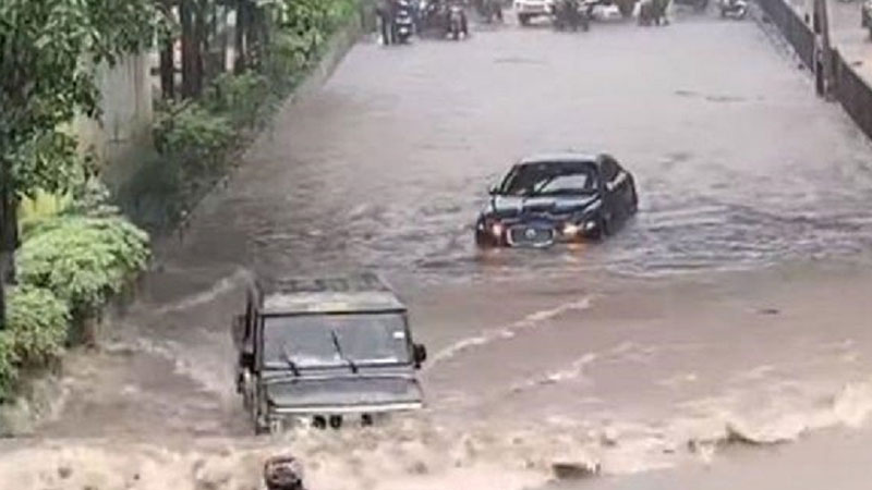 anand mahindra reaction bolero drives past jaguar in mumbai rains viral video
