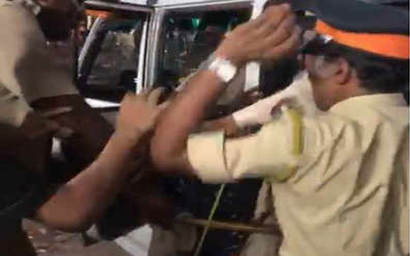 mumbai-hawkers-assault-cops-during-drive-to-remove-them-in-juhu-galli