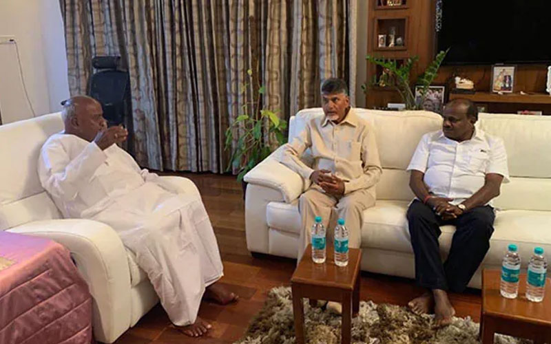 chandrababu naidu meets hd devegowda and hd kumaraswamy before election results 2019
