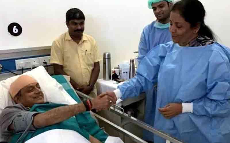 ઇજાગ્રસ્ત શશી થરૂરને હોસ્પિટલ મળવાં પહોંચ્યા રક્ષામંત્રી, ટવિટ કરી આભાર માન્યો