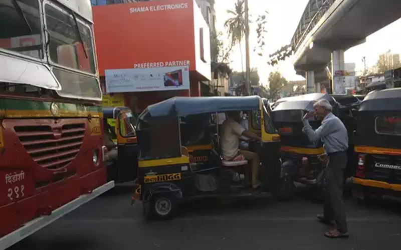 an old man anonymously clears traffic in road of mumbai