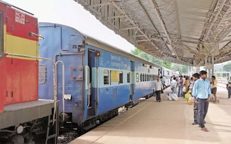 traveling-in-the-railway-without-identification-card-softcopes-of-the-aadhar-card-and-license-will-be-kept-valid