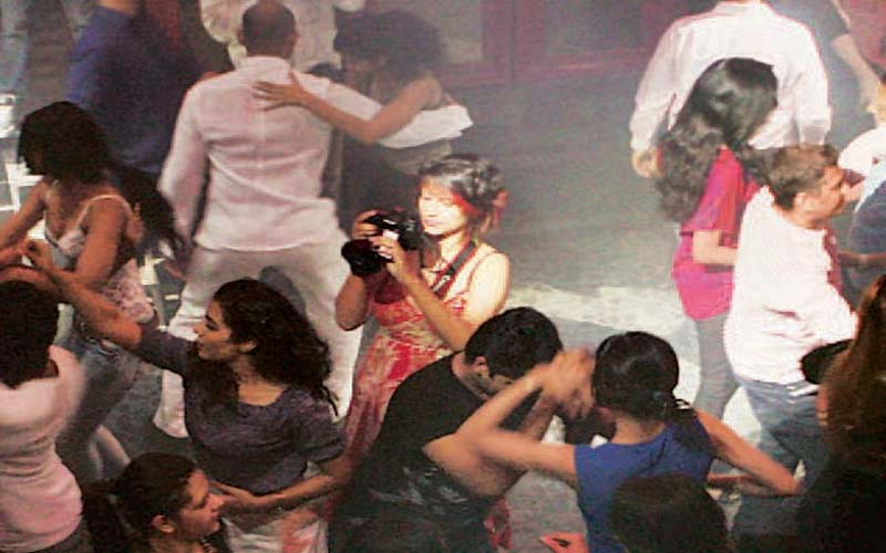 9 builder from surat arrested with 8 bar girl in mumbai
