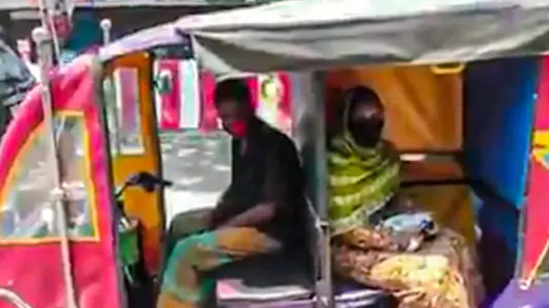 Driver Develops Social Distancing E-Rickshaw Anand Mahindra Offers A Job