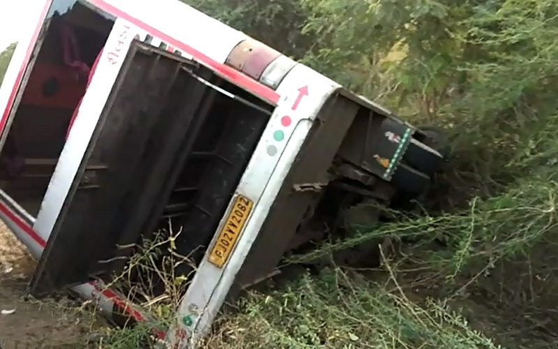 private-bus-accident-near-gondal-1-dead-5-injured