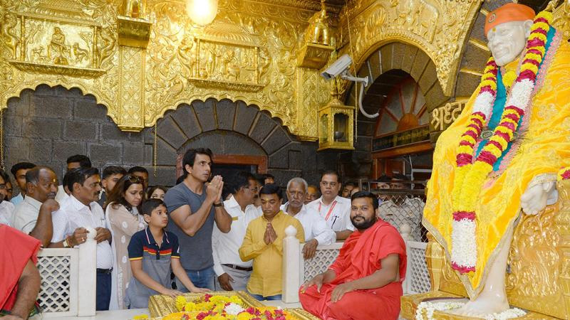 Not only the average person but these Bollywood stars are also huge devotees of Sai Baba