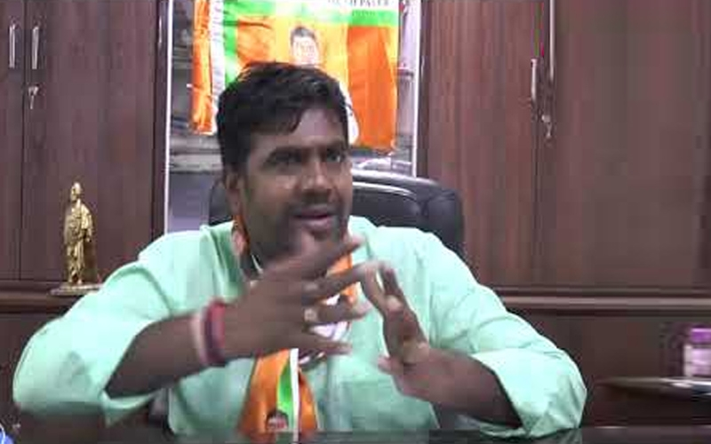 stage-broke-during-the-public-meeting-in-daman-candidate-umesh-patel