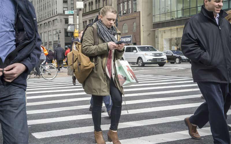 ન્યૂયોર્કમાં ચાલતી વખતે મોબાઇલના ઉપયોગ પર લાગી શકે છે બેન