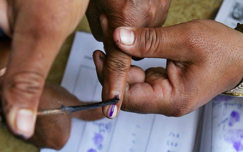 man-cuts-his-finger-after-mistakenly-pressed-bjp's-button-for-vote