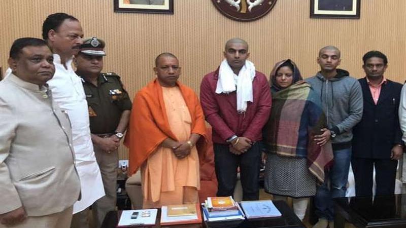 બુલંદશહેર હિંસાઃ શહીદ ઇન્સ્પેક્ટરનાં પરિવારને મળ્યાં CM યોગી  સહાયની કરી જાહેરાત