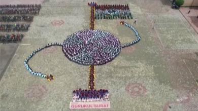 સુરતના ગુરુકુલના 640 વિદ્યાર્થીઓએ તિરંગા સાથે રાખડી બનાવી કરી અનોખી ઉજવણી