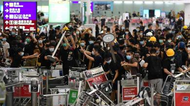ચીન વિરુધ્ધ હોંગકોંગ એરપોર્ટ પર ધરણાં સમયે જોરદાર હંગામો