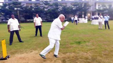 રાજકીય સંકટ વચ્ચે ક્રિકેટ રમતા જોવા મળ્યાં બીએસ યેદિયુરપ્પા